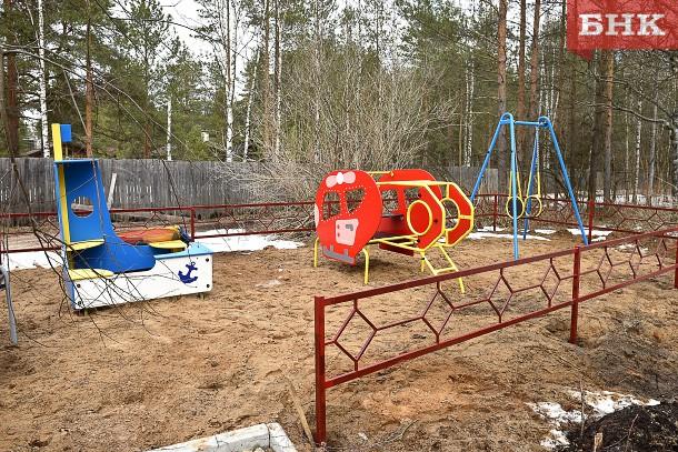 В Коми детские площадки есть в каждом третьем дворе, а оборудованные парковки — только в каждом пятом